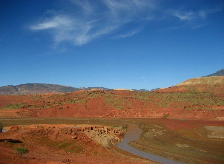 je vais faire passer une route dans le désert, des fleuves dans les lieux arides.